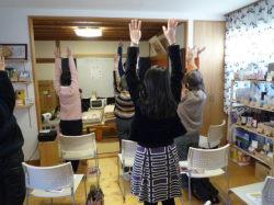 手を耳につけて、上に上げてください!
